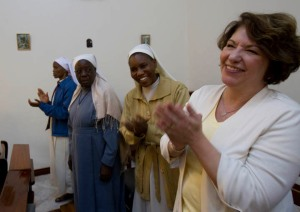 Michele Meiers of the Archdiocese of  Philadelphia sings with Kenyan sisters during Mass following the meeting between Kenyan and U.S. mission directors at Resurrection Garden retreat center in Nairobi, Kenya, Feb. 15.  (CNS photo/Nancy Wiechec)