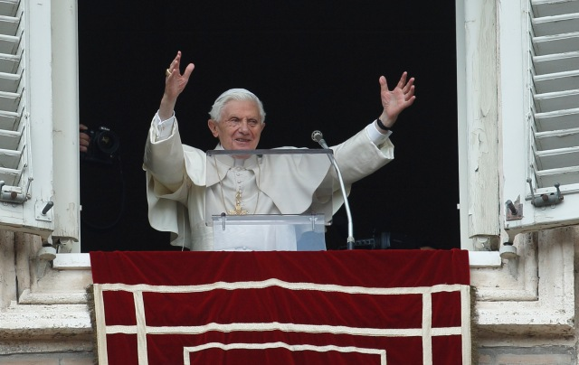 Pope greets crowd as he arrives to lead final Angelus at Vatican (CNS photo/Paul Haring)