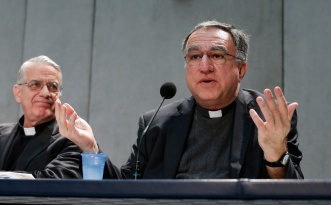 Father Rosica participates in press briefing at Vatican