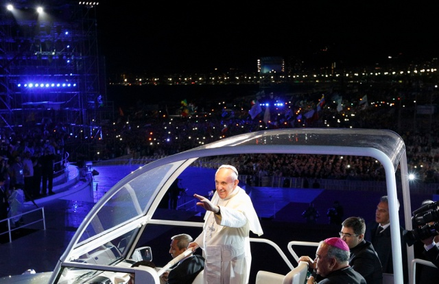 Pope greets crowd as he arrives at World Youth Day welcome ceremony on Copacabana beach. (CNS/Paul Haring)