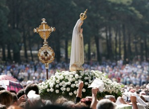 STATUE OF OUR LADY IS CARRIED THROUGH CROWD OF FATIMA PILGRIMS