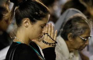 Woman prays as pope leads vigil to pray for peace in Syria