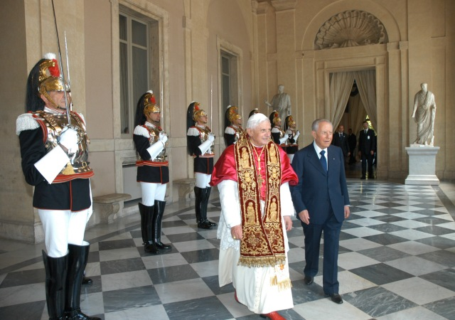 POPE WALKS WITH ITALIAN PRESIDENT DURING OFFICIAL STATE VISIT