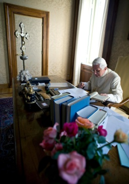 POPE READS BOOK AT CASTEL GANDOLFO