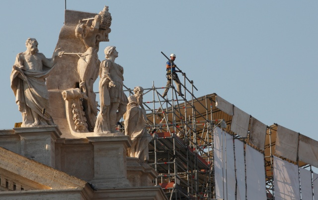 RESTORATION CONTINUES ON COLONNADE AT THE VATICAN