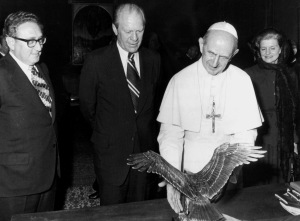 Former U.S. President Gerald Ford with Pope Paul VI, former U.S. Secretary of State Henry Kissinger and former first lady Betty Ford at the Vatican in this 1975 file photo. (CNS photo/KNA)