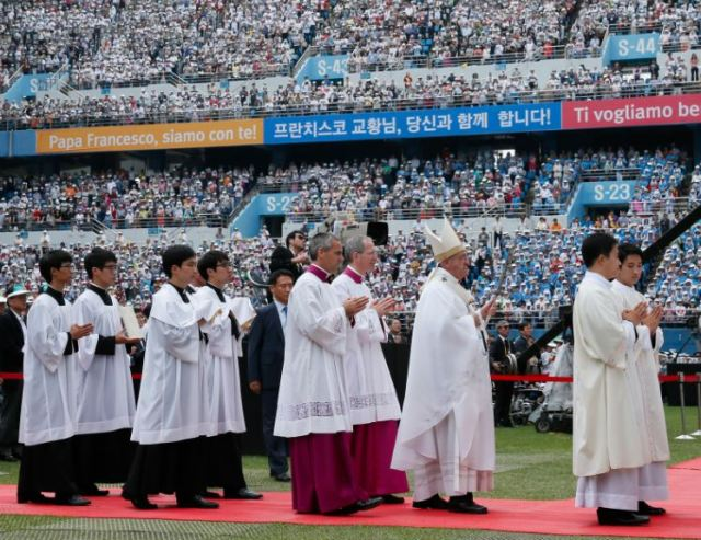The opening procession as Pope Francis prepares to celebrate Mass for the feast of the Assumption in Daejeon, South Korea. (CNS/Paul Haring)