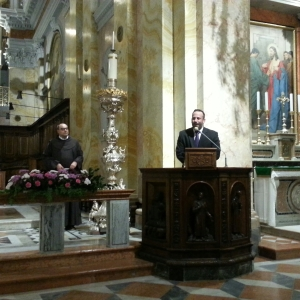 New York-based organist Mark Pascoe speaks before his encore at the Terra Sancta Organ Festival in Jerusalem. (CNS/Barb Fraze)
