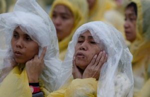 Pilgrims participate in Pope Francis' Mass in Tacloban Jan. 17. (CNS/Paul Haring)