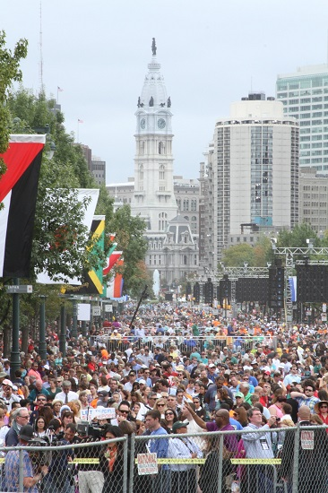Philadelphia City Hall towers over a sea of pilgrims gathered on the Benjamin Franklin Parkway for Mass with Pope Francis on Sept. 27. (CNS photo/Seth Gonzales)