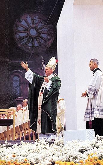 Pope John Paul II celebrates Mass Oct. 7, 1979, on National Mall. (Photo credit: Mitchell, Smithsonian Institution)