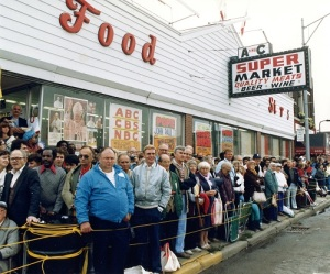 People line Hamtramck, Mich., street during pope's 1987 trip. (Photo: Arturo Mari/L