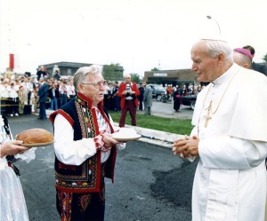 Couple in traditional garb greet Pope John Paul in Hamtramck, Mich., in 1987. (Photo by Arturo Mari/L'Osservatore Romano)