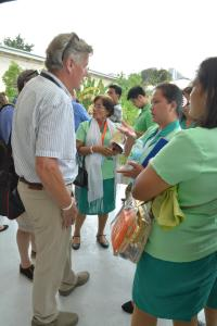 Australian delegate Alan Bowyer talks with a group of catechists from the Philippines. At the 51st International Eucharistic Congress in Cebu, Philippines. (CNS photo/Simone Orendain)