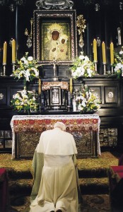 Pope John Paul II prays in front of the image of Our Lady of Czestochowa in Poland in this 1999 photo. (CNS photo courtesy Pope John Paul II Cultural Center)