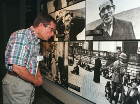 Catholic high school teacher views an exhibit at the U.S. Holocaust Memorial Museum during a 1998 training program for Catholic teachers. (CNS photo by Bob Roller)